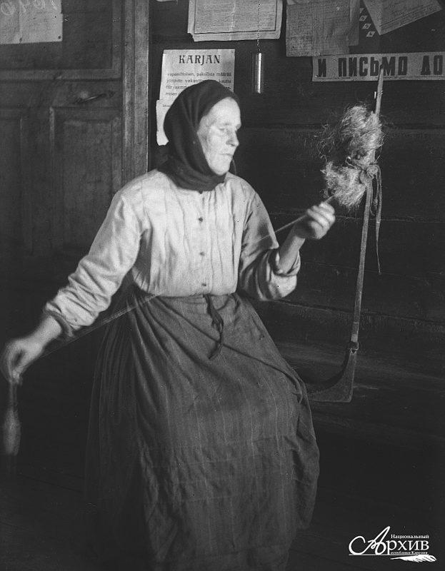 Ирландская женщина за прялкой - Остальной мир